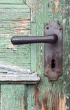 与古色古香的门把手的老木进口 库存照片