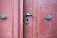 与古色古香的门把手的老木进口 图库摄影