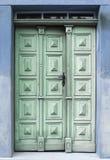 与古色古香的门把手的老木进口 免版税库存照片