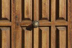 与古色古香的门把手的老木门 免版税图库摄影