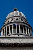 与古巴旗子的哈瓦那Capitolio圆顶 免版税图库摄影