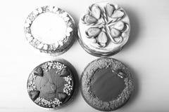 与另外华伦泰` s天装饰的自创蛋糕在光b 库存图片