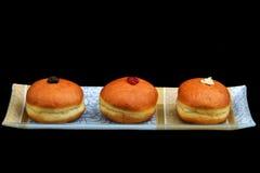 与另外装填的Chanukkah油炸圈饼 库存图片