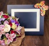 与另外颜色和照片框架, colorfu的美丽的花束 库存图片