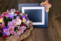 与另外颜色和照片框架, colorfu的美丽的花束 库存照片