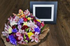 与另外颜色和照片框架, colorfu的美丽的花束 免版税库存图片