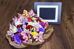 与另外颜色和照片框架, colorfu的美丽的花束 免版税图库摄影