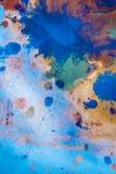 与另外颜色油漆条纹的下落是混杂和吸收 库存照片