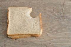 与叮咬的一个三明治被采取在它外面 免版税库存图片