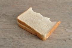 与叮咬的一个三明治被采取在它外面 图库摄影