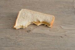 与叮咬的一个三明治被采取在它外面 库存图片