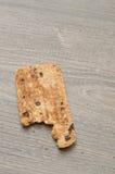 与叮咬的一个曲奇饼被采取在它外面 免版税库存照片
