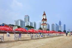 与可口可乐遮阳伞行,烟台,中国的空的海滩 免版税库存图片