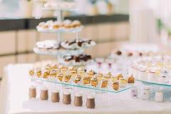 与可口甜面包店和咖啡震动的点心自助餐 图库摄影