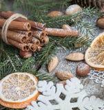 与可口的圣诞节静物画,杏仁,桂香,在木桌上的雪花 关闭 库存照片