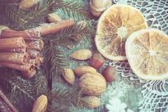 与可口的圣诞节静物画,杏仁,桂香,在木桌上的雪花 顶视图 关闭 葡萄酒作用 库存照片