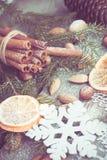 与可口的圣诞节静物画,杏仁,桂香,在木桌上的雪花 顶视图 葡萄酒作用 库存图片