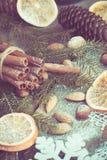 与可口的圣诞节静物画,杏仁,桂香,在木桌上的雪花 顶视图 被定调子的图象 免版税库存图片