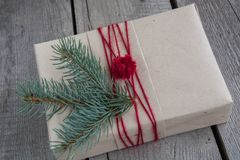 与可口的圣诞节静物画,杏仁,桂香,在木桌上的雪花 免版税库存照片