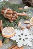 与可口的圣诞节静物画,杏仁,桂香,在木桌上的雪花 免版税库存图片