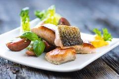 与可口菜的酥脆被烘烤的三文鱼 库存图片