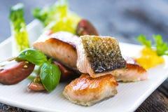 与可口菜的酥脆被烘烤的三文鱼 图库摄影