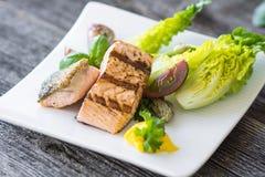 与可口菜的酥脆被烘烤的三文鱼 免版税图库摄影