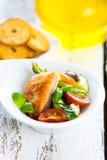 与可口菜的酥脆被烘烤的三文鱼 免版税库存照片