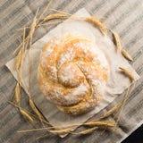 与可口被烘烤的好的静物画在一轻的纺织品backgrou 免版税库存图片