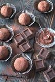 与可可粉和巧克力切片的兰姆酒球 免版税库存图片