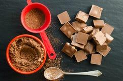 与可可粉堆的巧克力块  免版税图库摄影