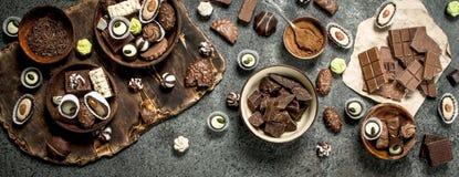与可可粉的巧克力甜点 免版税图库摄影
