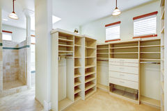 与可容人走进去的大壁橱结合的明亮的温暖的卫生间 库存照片
