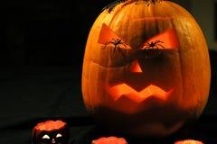 与可怕面孔的万圣夜在眼睛的南瓜和蜘蛛 免版税库存照片