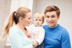 与可爱的婴孩的愉快的家庭 免版税库存照片