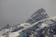 与可看见的岩石层数的山峰 Langtang的山 库存照片