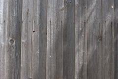 与可看见的钉子铁锈的深灰被风化的板斑纹 库存照片