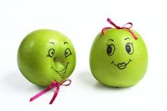 与可笑地被绘的面孔的苹果 免版税库存照片