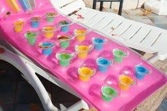 与可膨胀的游泳床垫的空的太阳床在旅馆里 免版税库存图片