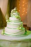 与可食的奶油色兰花的婚宴喜饼 库存图片