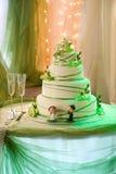 与可食的奶油色兰花的婚宴喜饼 免版税库存照片