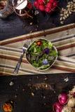 与可食的花的Colorfull沙拉 图库摄影