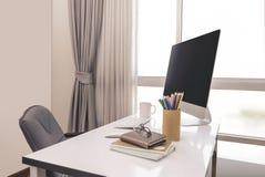 与台式计算机和企业笔记的经理表 免版税库存照片