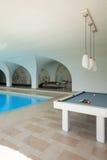 与台球的室内游泳池 免版税库存照片