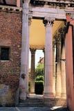 与台阶和段落的柱子 免版税库存照片