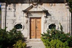 与台阶和灌木的议院入口 库存照片