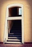 与台阶和视窗的门道入口 免版税库存照片