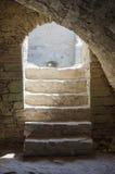 与台阶带领的古老门道入口室外从地下墓穴 免版税库存照片