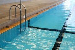 与台阶的游泳池 库存图片
