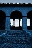 与台阶的老曲拱大厦 免版税库存图片